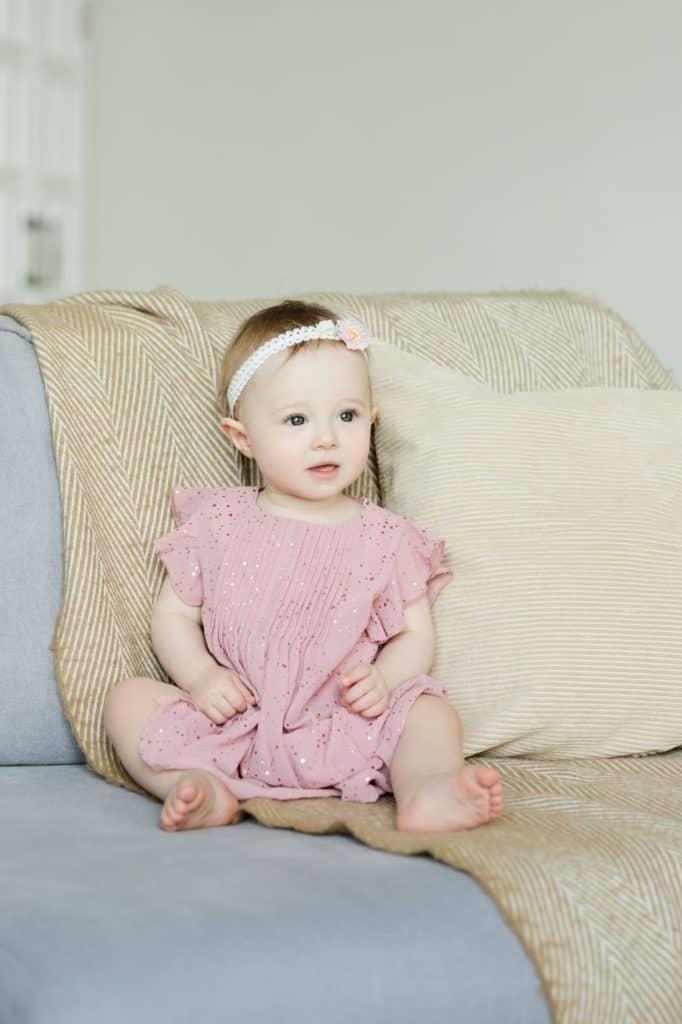 Photo of a baby girl; Diy baby headbands are beautiful