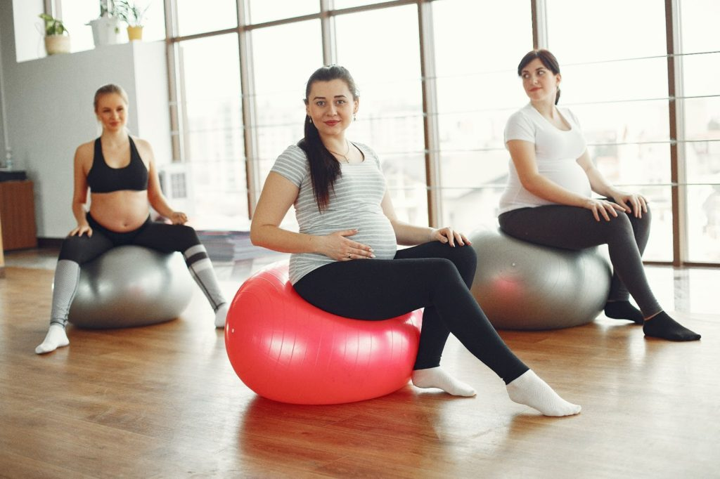 photo of pregnant women exercising; one of the important things to do during pregnancy to have an intelligent baby